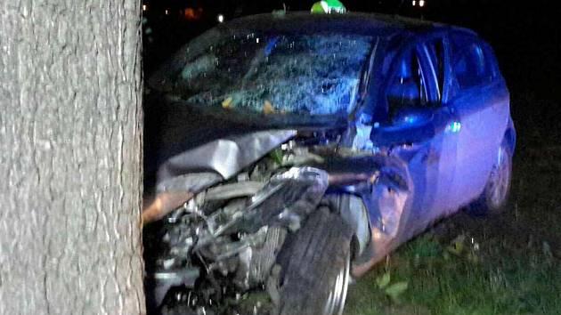 Řidička Škody Felicie vyjíždějící z areálu firmy nedala přednost alfě romeo, která jela směrem od Švábenic a naarazila do stromu. Při střetu utrpěl její mladý řidič těžké zranění.