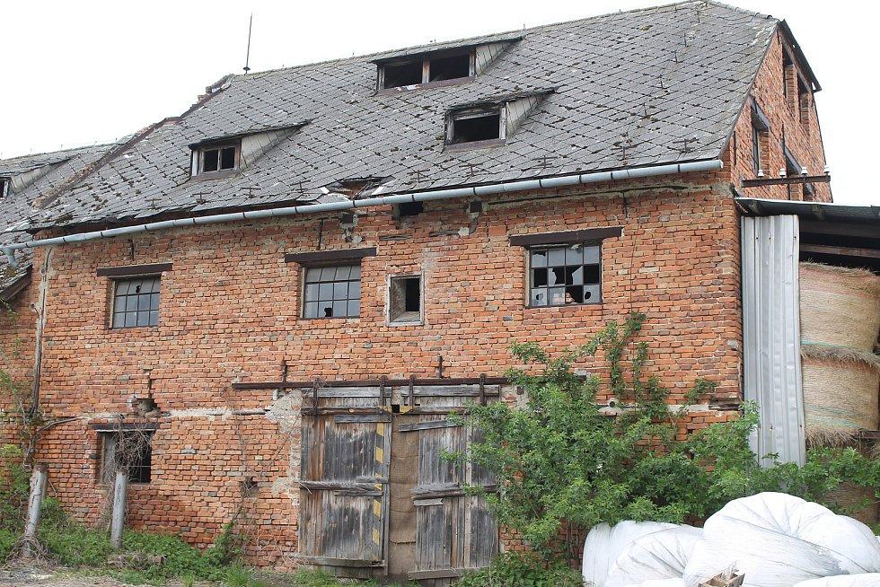 Většina budov v areálu bývalého zemědělského družstva v Bohdalicích-Pavlovicích má své majitele. Ačkoliv se objekty snaží opravit, některé jsou stále ve špatném stavu.