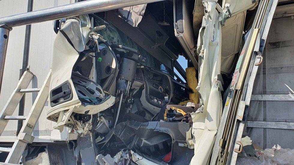 Dálnici D1 zablokovala hromadná nehoda šesti aut.