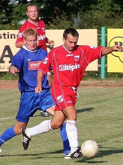 Dědický fotbalista Lžičař (s míčem) si právě připravuje nejlepší pozici pro svůj druhý zásah v utkání.