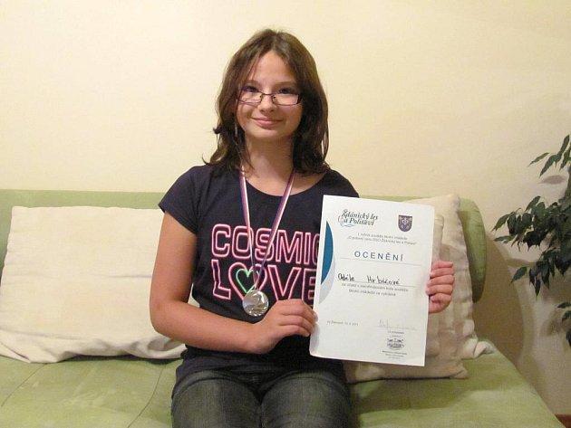 Adéla Hrbáčová s diplomem a medailí z 2. místo v turnaji ve vybíjené, který v dubnu 2011 pořádal Dobrovolný svazek obcí Ždánického lesa a Politaví.