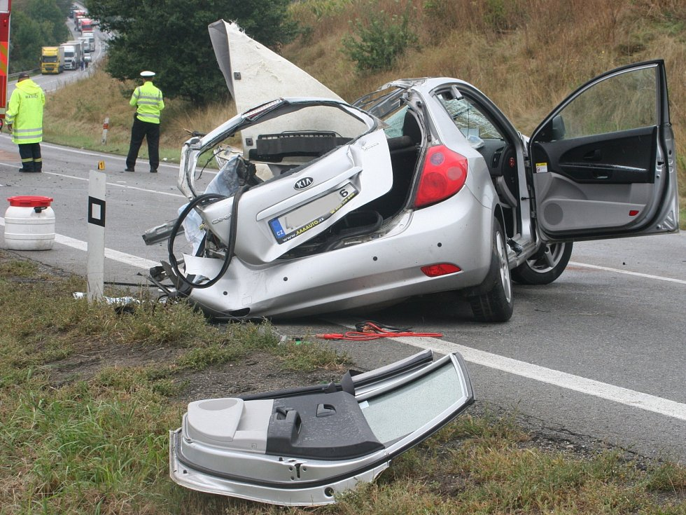 Nehoda tří osobních a jednoho nákladního auta zastavila na několik hodin provoz na silnici I/50 u Holubic.