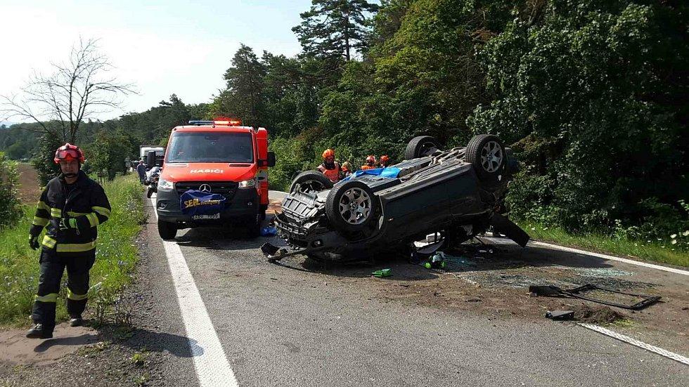 Havárie BMW uzavřela silnici I/54. Pro zraněnou ženu přiletěl vrtulník.