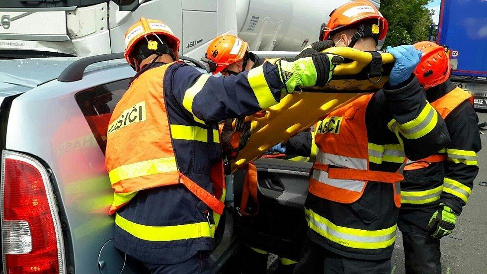 Jedno těžké a jedno lehčí zranění si vyžádala nehoda osobního auta s cisternou u Slavkova u Brna.