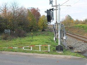 Řidič linkového autobusu prorazil závory na železničním přejezdu.