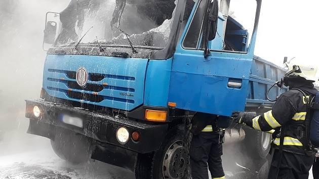Pět jednotek hasičů vyjíždělo v pátek po deváté hodině ráno k hořícímu kamionu na obchvatu Slavkova u Brna.