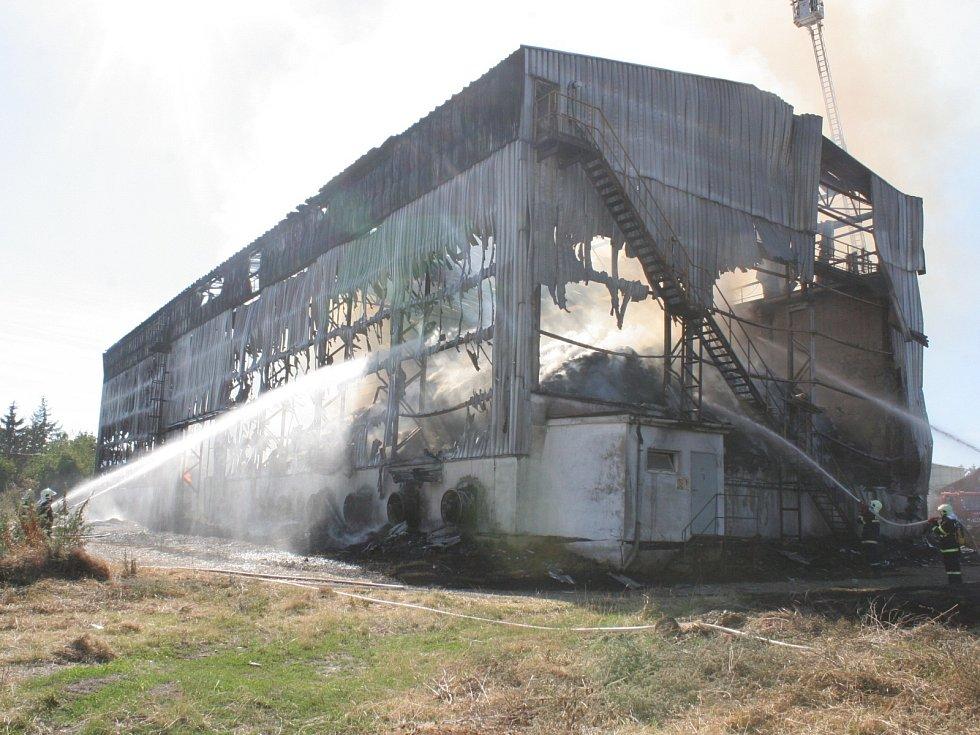 Hasiči ve Studnicích likvidují požár seníku. Uchránili nedaleký kravín.