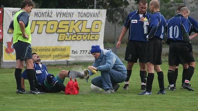 PŘEVAHA K NIČEMU. Většinou pod taktovkou hostů se hrálo v Brankovicích, přesto se nakonec radovali domácí.