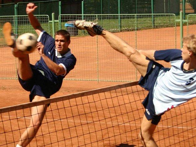 Vyškovský hráč Milan Kaděra se snaží obejít ze spodu blok domácího Stránského při extraligovém utkání v Plzni.