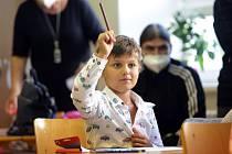 První školní den mají za sebou noví prvňáčci ve slavkovské ŽŠ Komenského. Škola otevírá tři třídy, protože tradiční dvě již rozrůstajícímu se městu nestačí.