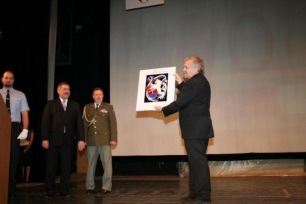 starosta Vyškova Petr Hájek s dárkem od spřáteleného slovenského města Michalovce