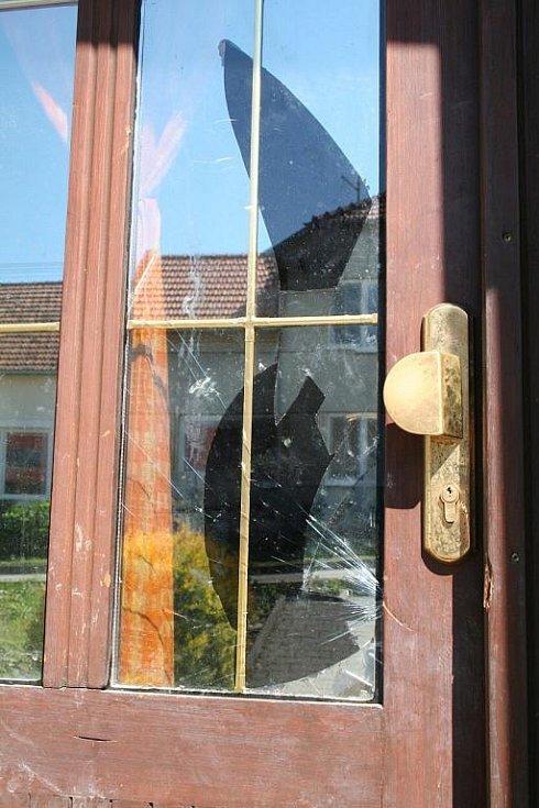 Vstup do domu si policie musela vynutit násilím.