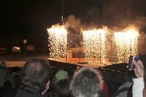 Silvestrovský ohňostroj v osm hodin večer sledovaly ve Slavkově u Brna stovky lidí. Ti zaplnili prostor před radnicí.