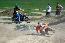 Jezdci na vyladěných strojích, které původně rozhodně nebyly určeny pro závody, se sjeli na trať u Vícemilic.
