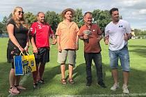 Předání penežitého daru zástupcům Hrušek na Břeclavsku. V červeném dresu je předseda klubu a místostarosta obce Petr Maděra.