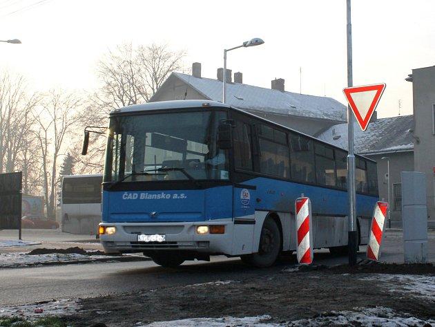 Autobusy mají problém vyjet z prostoru nově zrekonstruovaného vlakového přednádraží ve Vyškově.