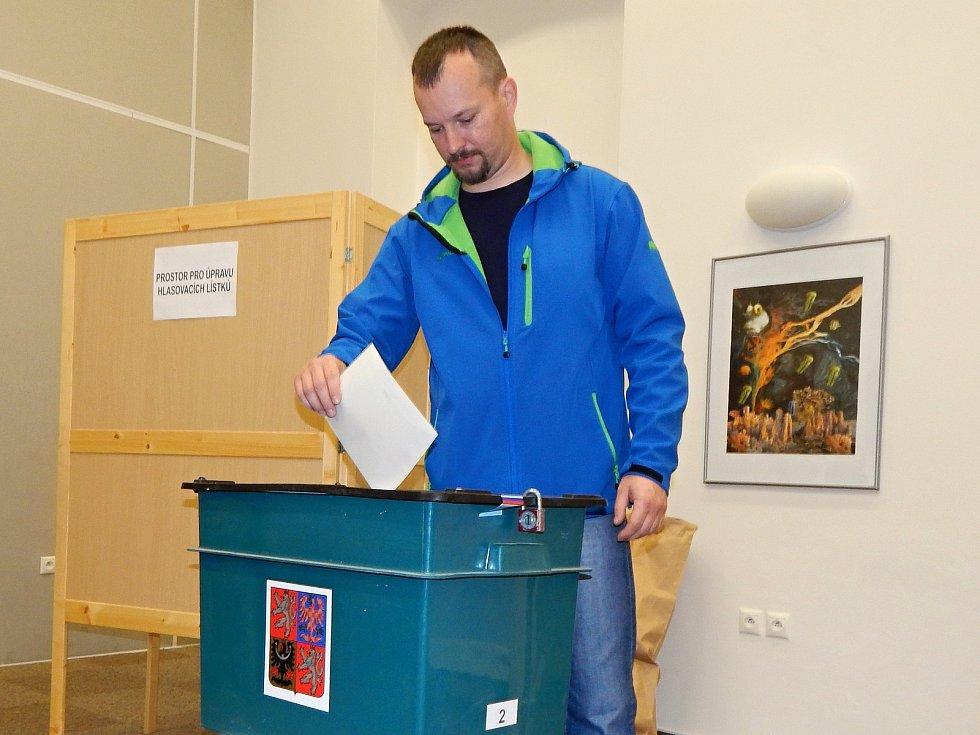 První voliči přišli do knihovny Karla Dvořáčka ve Vyškově ihned po otevření volební místnosti.