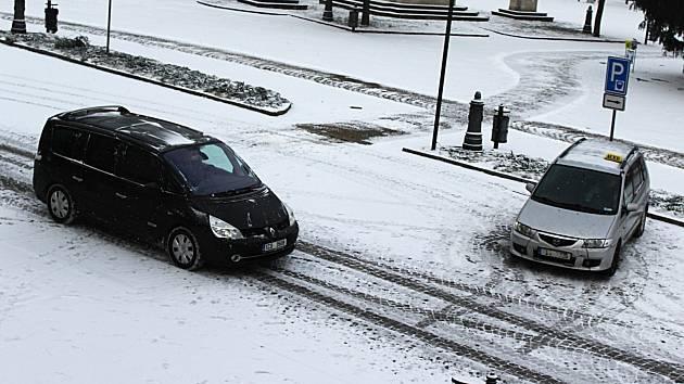 Se sněhovou nadílkou mají kromě silničářů práci i podniky zajišťující úklid měst. Třeba chodníky i cesty na vyškovském Masarykově náměstí jejich pracovníci prohrnuli hned brzy dopoledne.