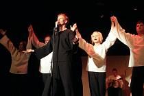 Více než dvanáct let staré představení se vrací na divadelní prkna, tentokrát v modernějším pojetí.