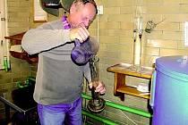 Páleník z Drnovic Miloš Bastl má od letošního srpna prý nezvykle mnoho práce. Například třešní a meruněk se totiž urodilo požehnaně.