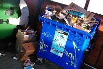 Přestože jsou některé kontejnery ve Vyškově plné i několik dní před svozem (na fotografii hnízdo u Mateřské školy Palánek), žádné větší doplňování město neplánuje.