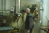 Pálení slivovice v pálenici v Kloboučkách. Destilace