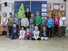 Prvňáčci ze Základní školy v Habrovanech s paní učitelkou Terezou Hegerovou.