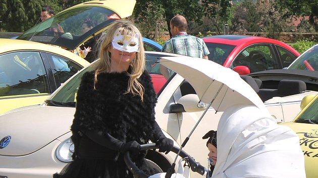 Před zámkem vrčely motory žiraf i vlků. Milovníci Brouků se sešli v kostýmech