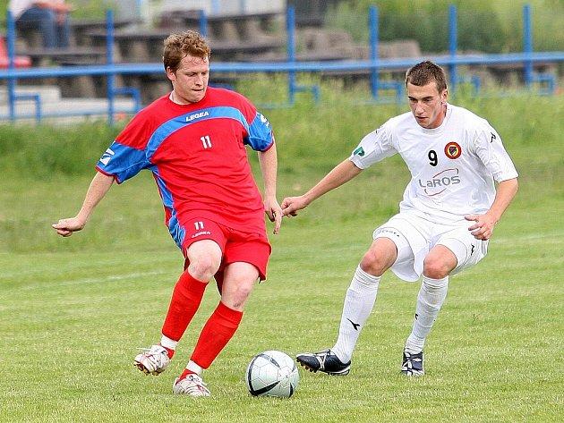Židenický Vít Koráb (vpravo) a jeho mužstvo ČAFC jsou v posledních letech zvyklí hrát na Vyškovsku buď s Rostexem (na snímku), nebo v Rousínově. Ve středu ovšem přijeli na půdu Bučovic a měli se co otáčet, aby postoupili v poháru dál.