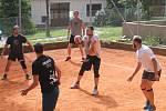 Tradiční letní turnaj na antukovývh kurtech v Holubicích vyhrál domácí tým.