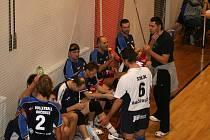 Volejbalisté Holubic (ve světlých dresech) podlehli na domácí palubovce hráčům Bučovic 1:3.