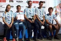 Dorostenecké družsvvo Klubu biatlonu Vyškov zvítězilo v Českém poháru. Uprostřed trenér Vladimír Haumer.