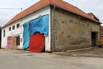 Kučerovští opraví chátrající budovu uprostřed obce. Rekonstrukce spolkne zhruba třináct milionů korun. Jako první se mají dočkat dobrovolní hasiči.