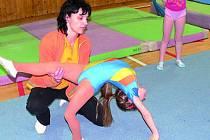 Jana Baštová (na snímku při tréninku) malé gymnastky učí správné a po technické stránce bezchybné provedení různých cvičebních prvků.