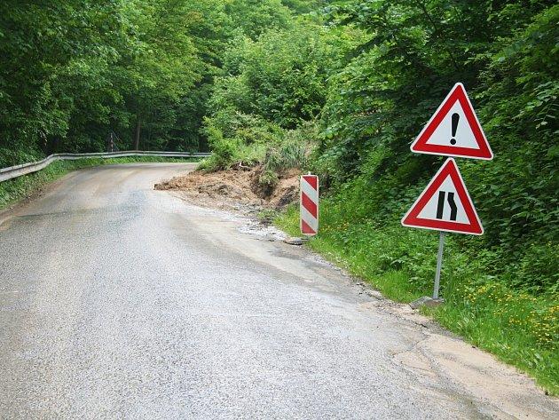 Řidiče čeká na cestě z Račic do Bukovinky omezení kvůli sesunutému svahu.
