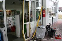 Jednu z vyškovských benzinových stanic v noci na úterý vykradl zloděj. Najel autem do dveří.