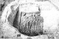 Snímek hrobu čtyř velkomoravských bojovníků po vykopání archeology.