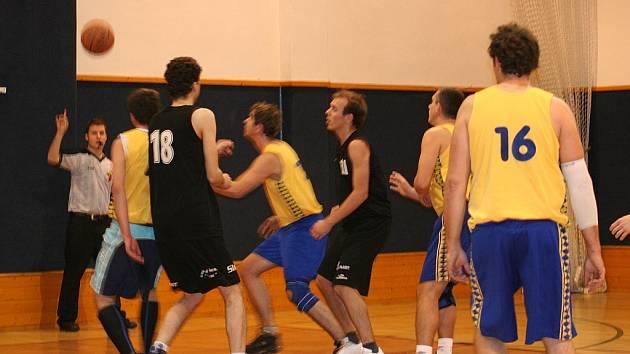 Vyškovští basketbalisté v nedělním zápase dovedli oplatit Kyjovu porážku z předchozího dne. O výsledku rohodl dramatický závěr.