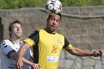 V souboji nejlepších celků divize D se radovaly fotbalové Rosice (ve žlutém) po vítězství 3:2.