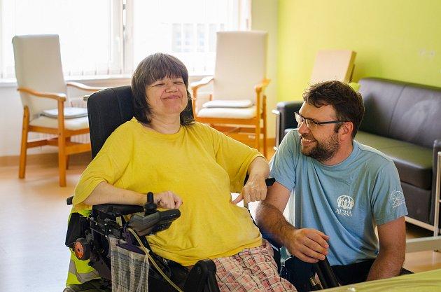 Dobrovolníci ADRA pomáhají ivchráněném bydlení.