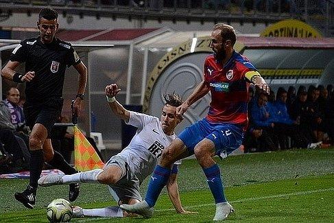 Fotbalový rozhodčí Marek Podaný (vlevo).