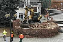 Na náměstí ve Slavkově u Brna pracují dělníci na odstranění zídek.