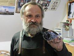 Třicáté kovové přání vyrobil umělecký kovář z Křenovic Oldřich Bartošek. Začal s nimi v roce 1987.