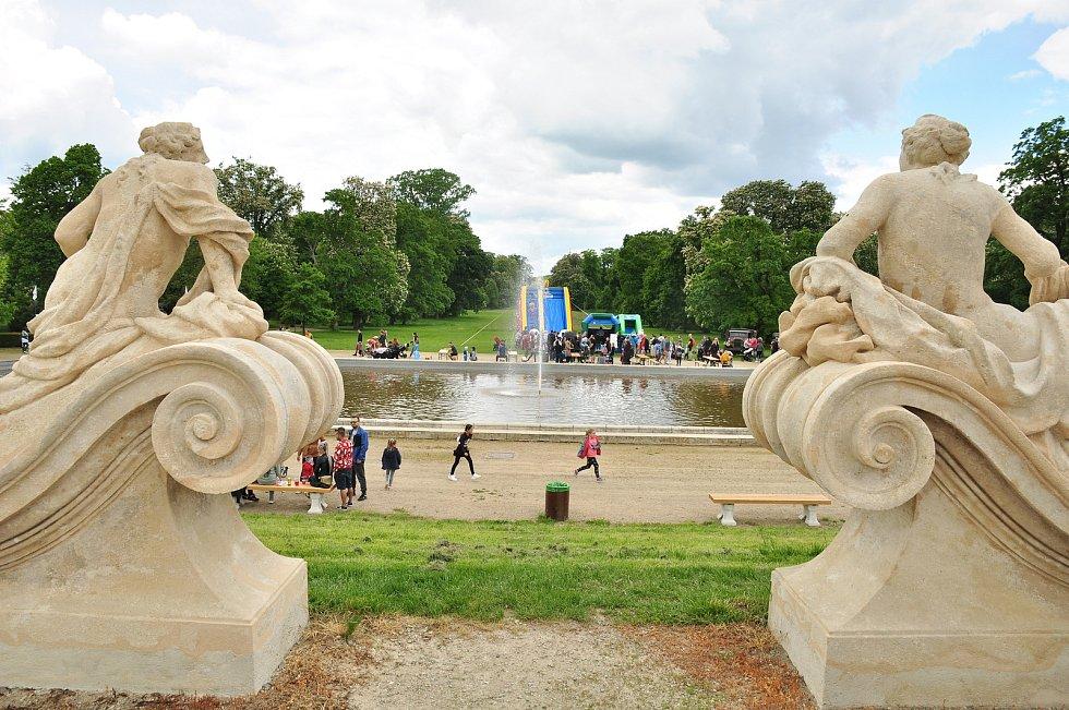 Zámecký park ve Slavkově byl poslední květnovou sobotu plný pohádkových bytostí. Lidé si užili také jarmark. Pořadatelé rozdali odměny 3,5 tisícům dětí.