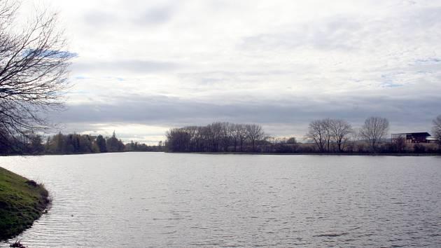 Rozbahněnou cestu u rybníka Kačence nahradí asfaltová cyklostezka.