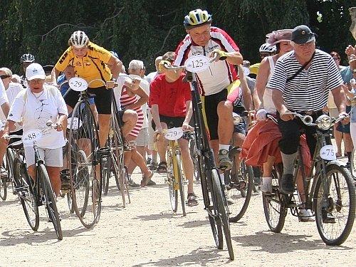 Areál slavkovského zámku se o víkendu zaplnil vyznavači jízdy na historických kolech. Někteří z nich přizdobili atmosféru akce dobovými kostýmy.