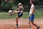 """Na turnaji """"Pohoda Cup"""" v areálu lulečského koupaliště U Libuše si společně zahráli registrovaní i neregistrovaní nohejbalisté a také dívka."""
