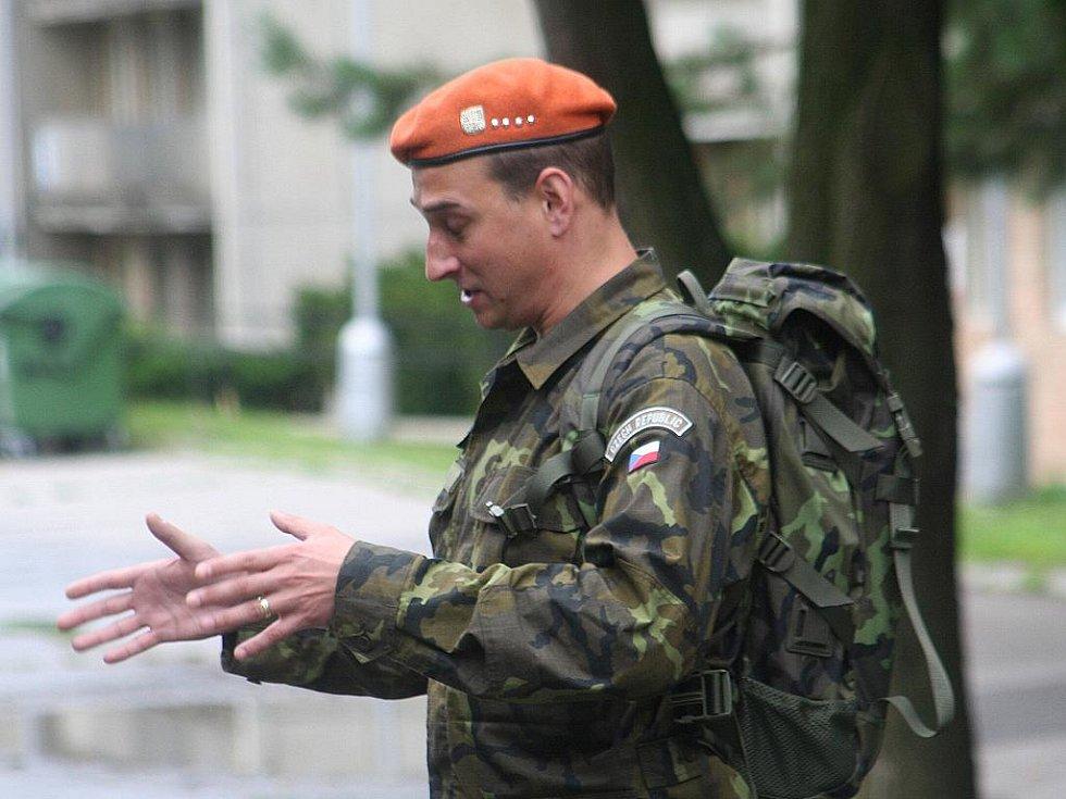 Zhruba tři sta sedmdesát nových vojenských rekrutů přijelo v pondělí do Velitelství výcviku – Vojenské akademie ve Vyškově. Při dvouměsíčním výcviku se seznámí se vším, co je pro vojáka z povolání podstatné.