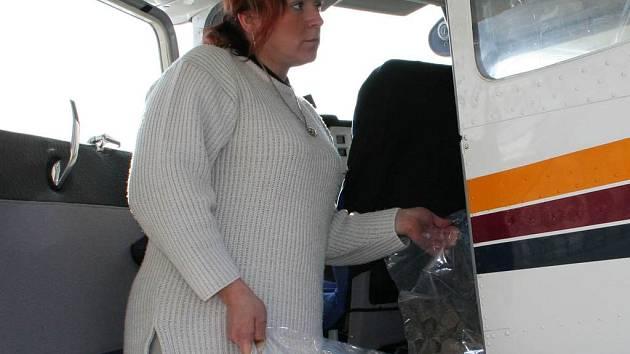Vlasta Kašíková ukládá do letadla poslední dávky vakcín určených pro Vyškovsko.