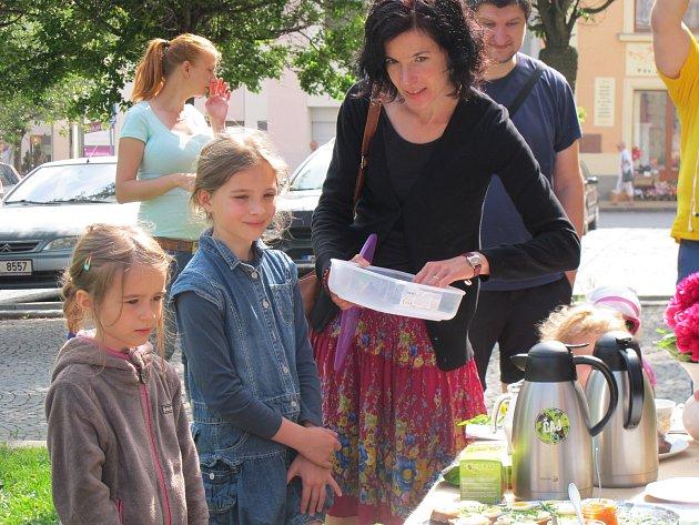 Deky, jídlo, piknik. Přesně tato slova vystihovala Férovou snídani, která se v sobotu konala před knihovnou Karla Dvořáčka ve Vyškově. Snídaně byla připravena pouze zfairtrade a lokálních potravin.